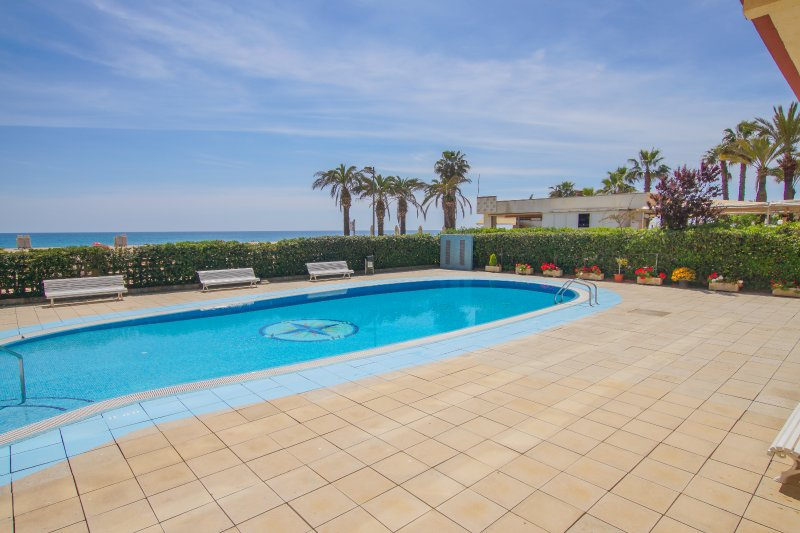 YourHouseInSpain- Directly at the beach, renovated, Pool, sea view, A/C, Wifi, alquiler vacacional en Santa Susanna