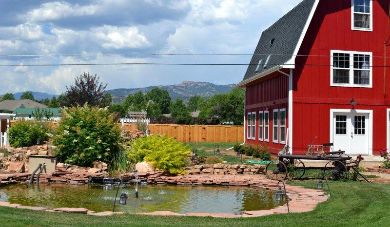 Relaxar e descontrair na área do jardim, a poucos passos da porta da frente do imóvel.