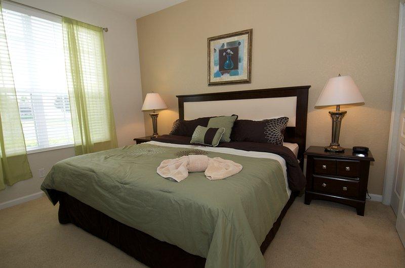 Slaapkamer met een kingsize bed beneden