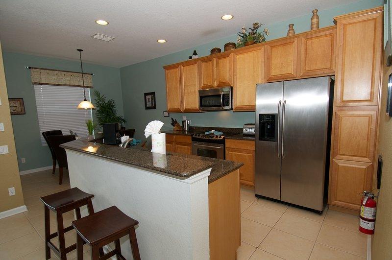 Keuken met vaatwasser en ruime koelkast.