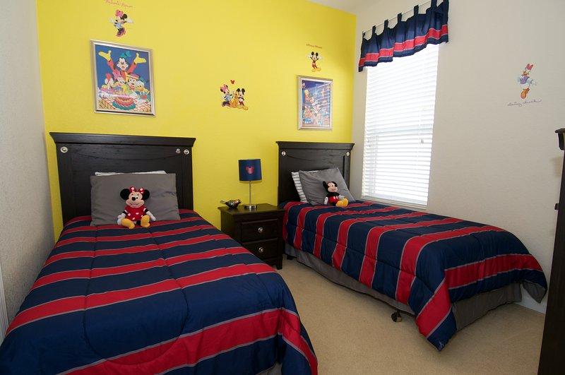 Disneybedroom beneden met twee aparte bedden.
