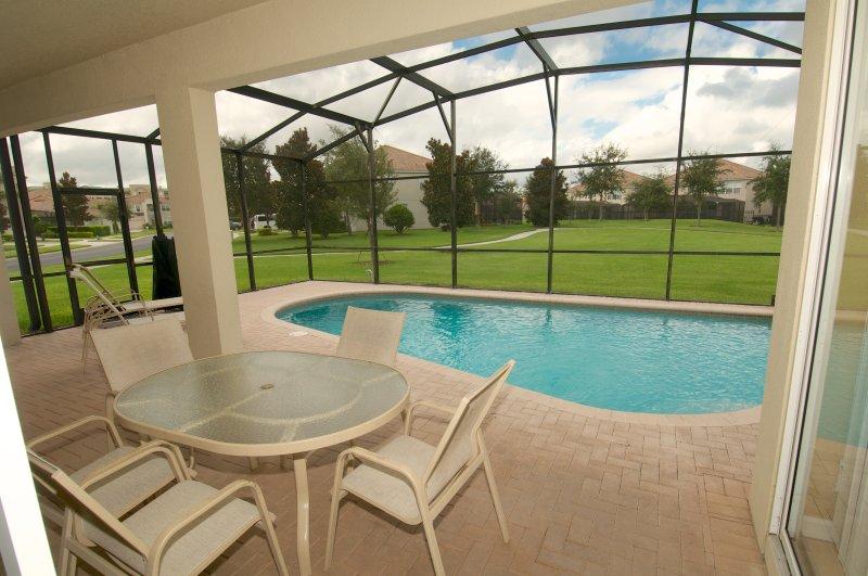 Prive zwembad met grote ruimte om te zonnebaden.