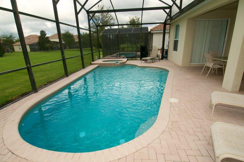 Het zwembad ligt op het zuiden met een mooie jacuzzi. Pool warmte die beschikbaar is voor extra kosten