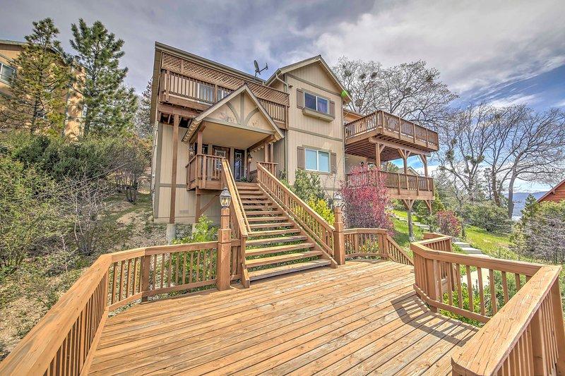 Esta casa de vacaciones en Lake Arrowhead cuenta con 5 dormitorios y 2.5 baños.