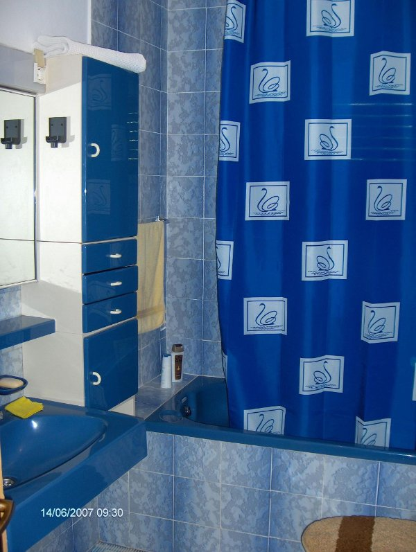 R2(2): bathroom with toilet