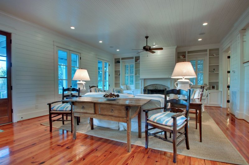 Plenty of seating in this comfortable living area!