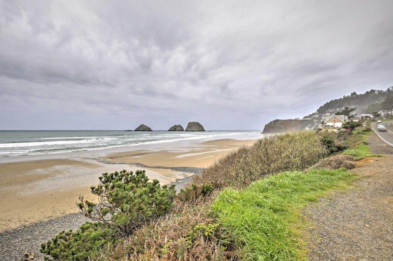 Caminhe 1/2 milha da costa de Oregon quando você ficar neste 3 quartos, 3 casa de banho casa de férias em Oceanside!