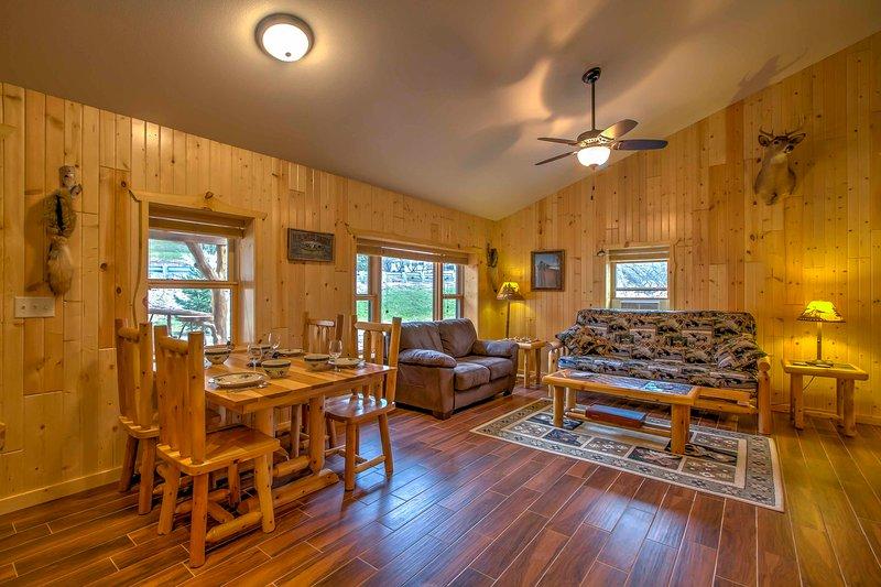 Esta cabaña cuenta con techos abovedados y elementos de madera natural para crear un tema rústico.