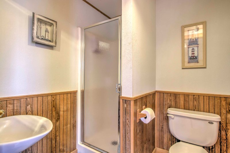 Get ready for your day exploring De Soto in this full bathroom.