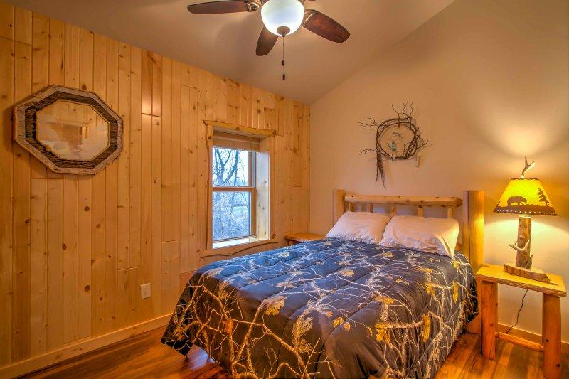 Cuando esté listo para la cama, retirarse a este dormitorio con una cama de matrimonio.