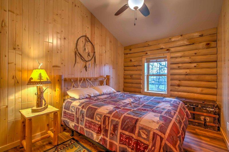 Caer dormido en esta cama de tamaño completo con ropa de cama acogedora.