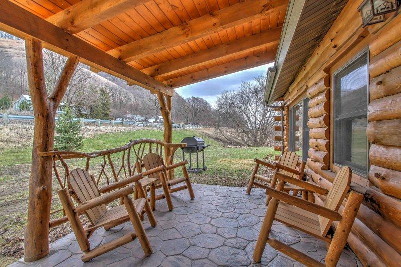 Disfrutar de la tranquilidad de esta cabaña ofrece desde el porche.