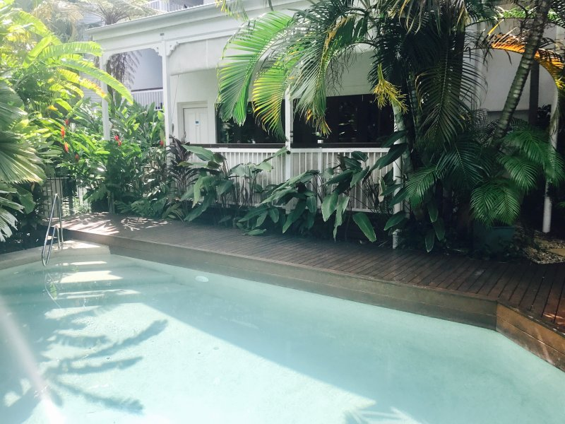 Quiet peaceful poolside boutique apartment located in the centre of Port Douglas, vacation rental in Port Douglas