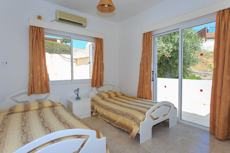 Twin bedroom with A/C and terrace acces