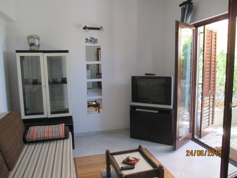 Cosy little appartment in lovely neigbourhood, vacation rental in Njivice