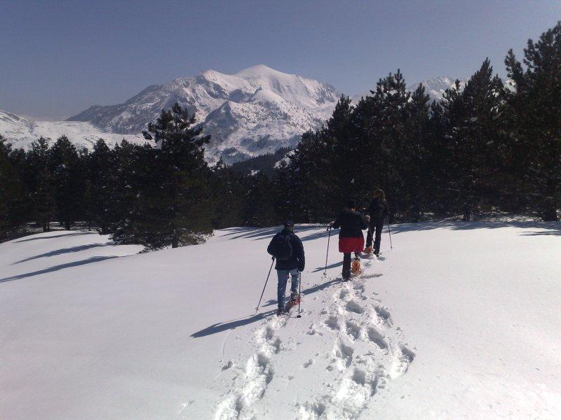 Racchette da neve nelle montagne sopra Luchon
