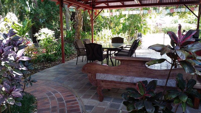 Outdoor dining in the pergola.