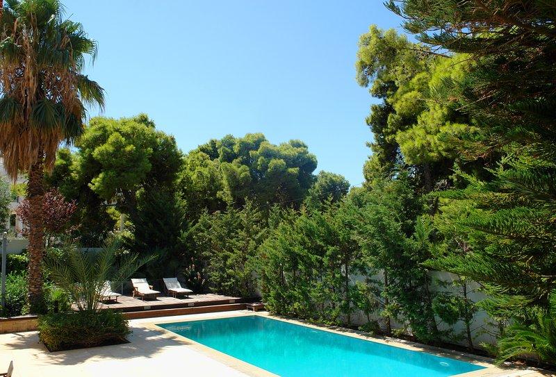 Luxury Villa in Athenian Riviera with Outdoor Pool & Hamam(up to 12Guests), location de vacances à Saronida