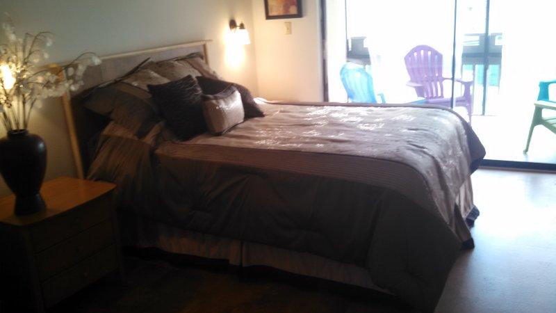El dormitorio principal tiene baño completo y TV. Se abre a la terraza