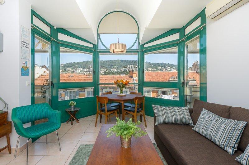 Salón con 2 terrazas de 6 m2 cada una y una magnífica vista del Mont Boron