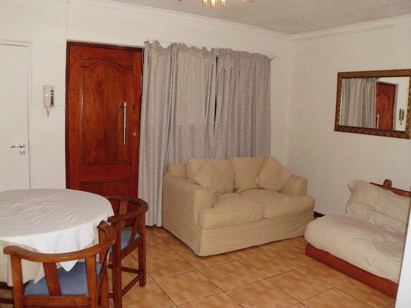 El salón tiene un sofá-cama que se abre en una cama doble y un sofá muy agradable para relajarse