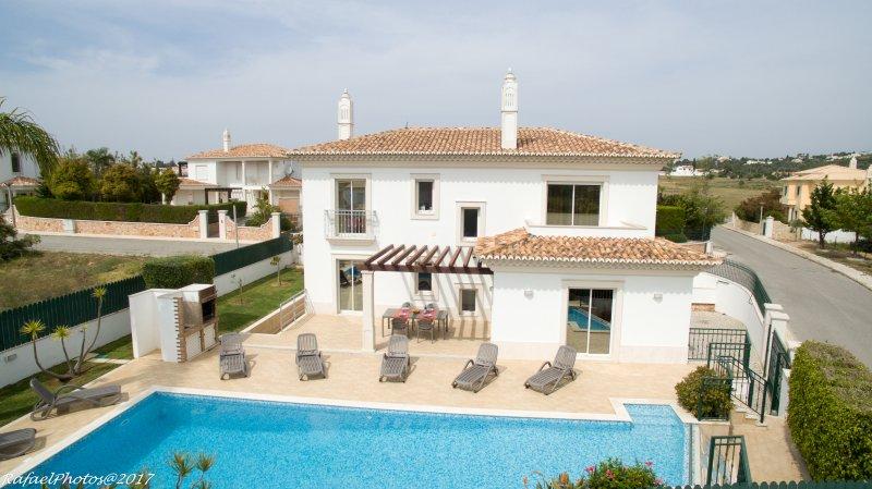 Amazing Villa in Galé beach with private garden, swimming pool & BBQ, casa vacanza a Gale