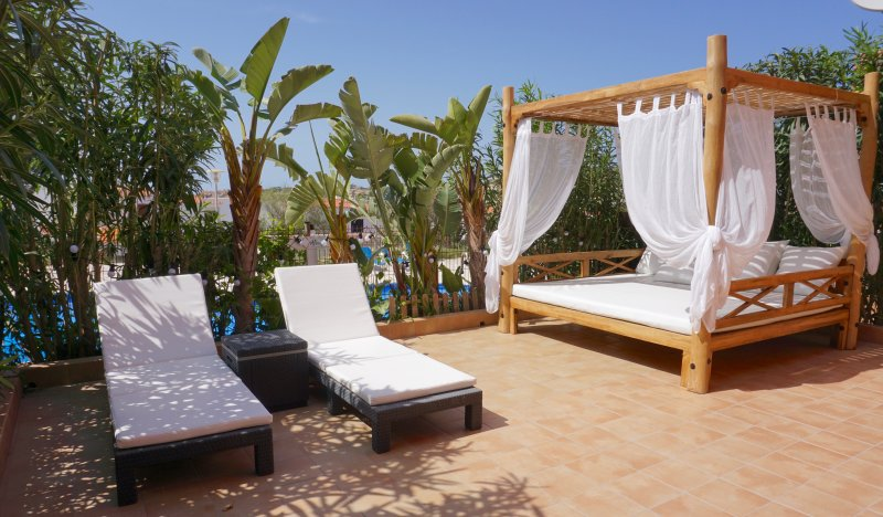 Beach retreat 2 bed apartment in Cala Tarida, alquiler de vacaciones en Ibiza