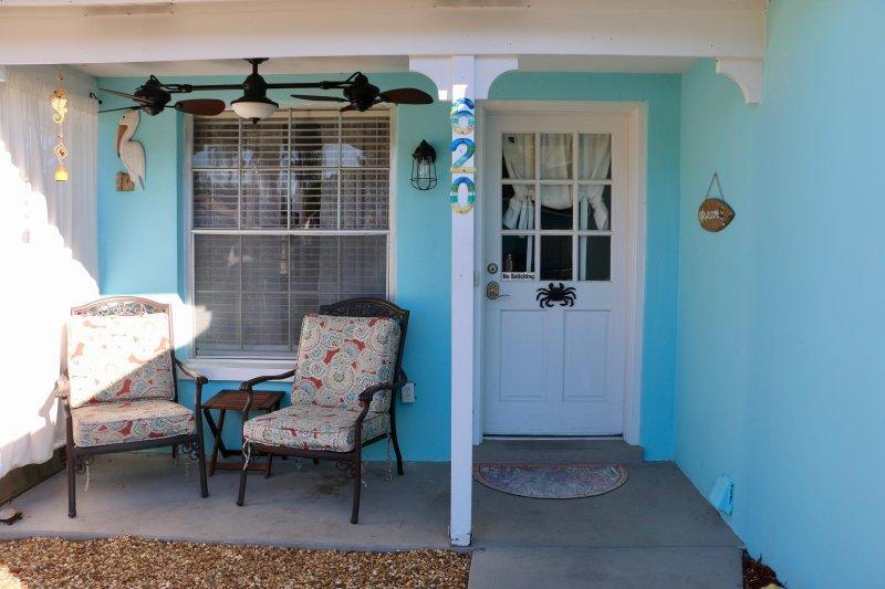 Kleine Veranda Bereich mit Ventilator für den Morgenkaffee.
