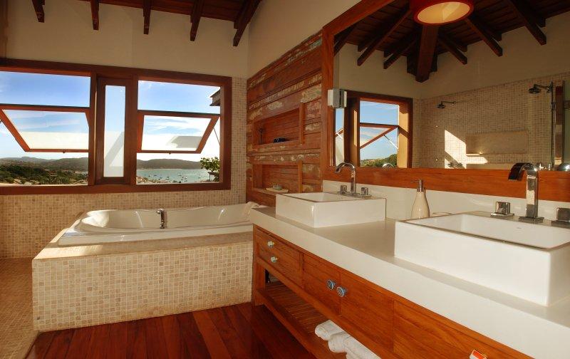 baño principal con baño, ducha doble y se hunde, con jacuzzi