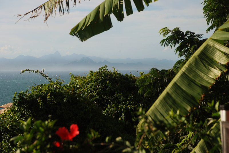 Vista desde la sala de yoga a través del agua de las montañas del estado de Río