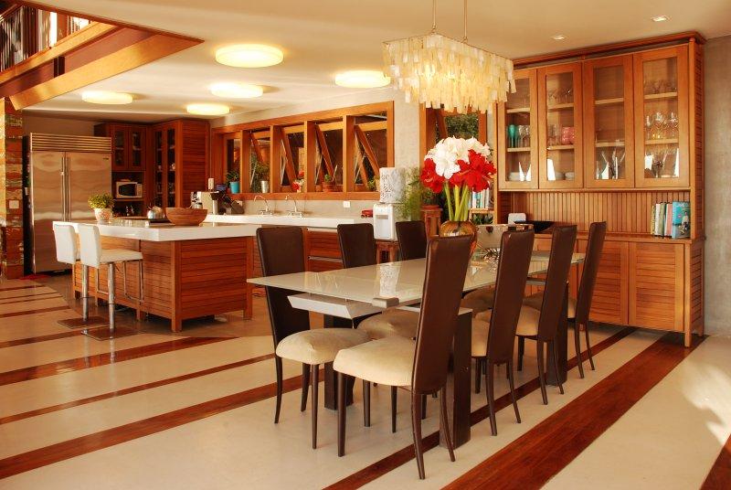 comedor interior y cocina americana