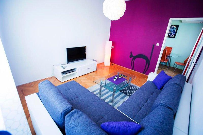Wohnzimmer mit bequemen Schlafsofa und LCD-TV