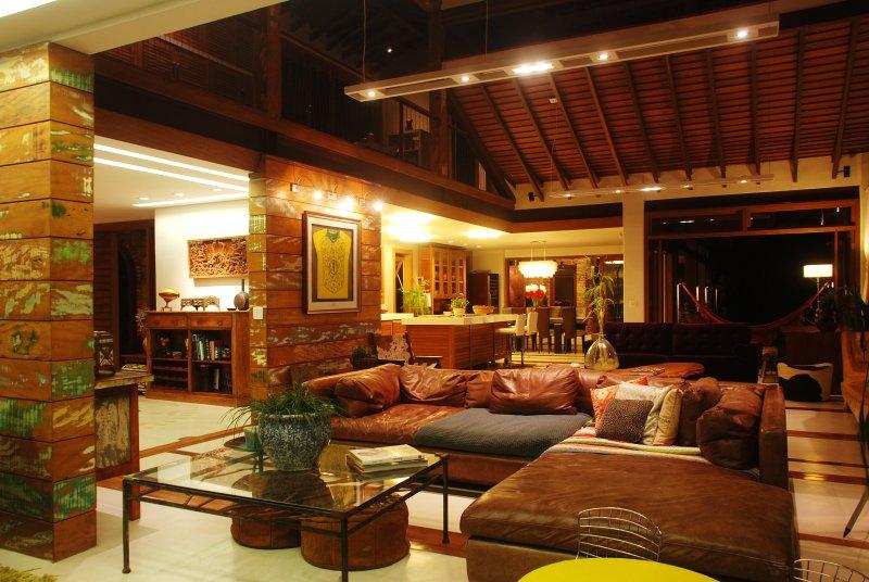 sala de estar cubierta durante la noche