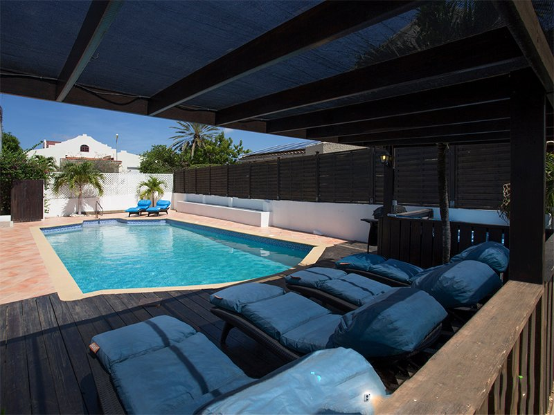 Zeezicht en groot privé zwembad voor 10 pers, location de vacances à East End