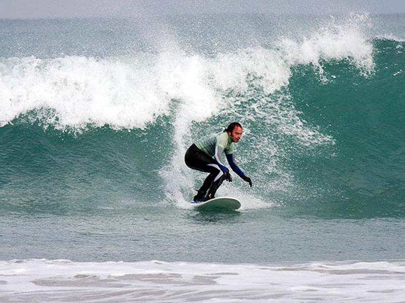Se você está procurando algumas aulas de surf, ou para alugar o equipamento, recomendamos Fuga Surf School