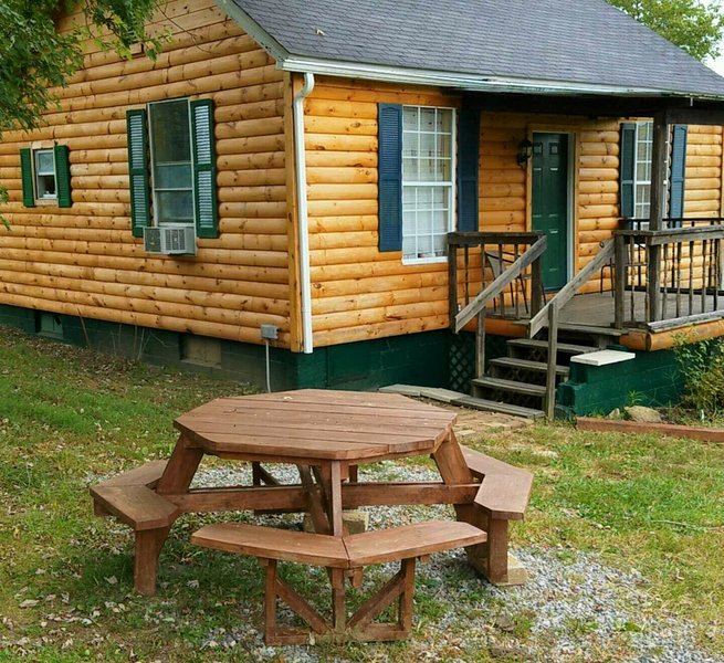 Hocking Hills OK, Kool Breeze cabin, hot tub, pond, fire ring, grill, hiking, holiday rental in McArthur