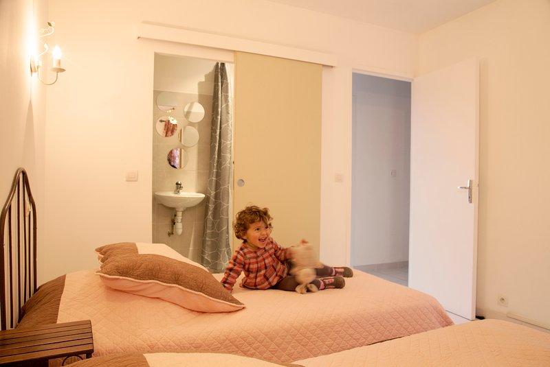 Villa 4- twin room with ensuite bathroom