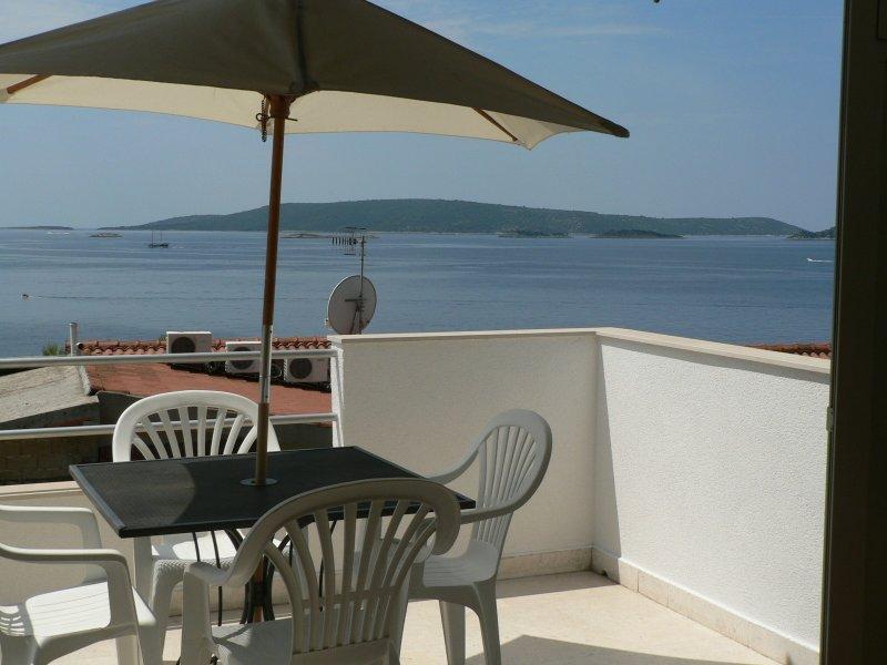 Vesa - by the sea: A1(4) - Okrug Donji, alquiler de vacaciones en Okrug Donji