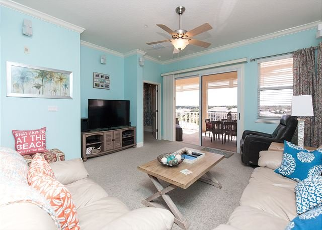Flawless 5th floor corner unit with beautiful lake and partial ocean views!!, holiday rental in Palm Coast