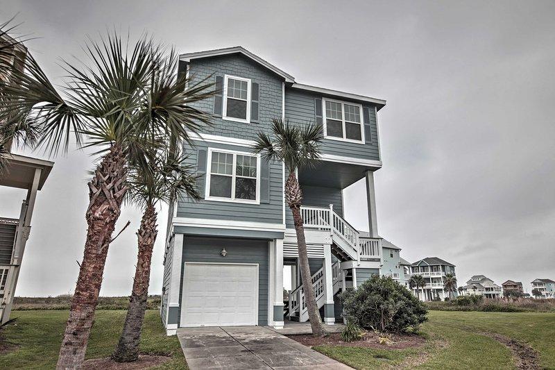 Experimenta el lujo cuando te quedas en esta casa a pocos minutos a pie de la playa.