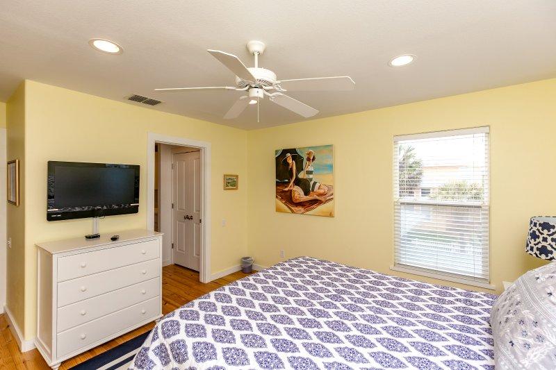 LCD Screen,Screen,Bedroom,Indoors,Room