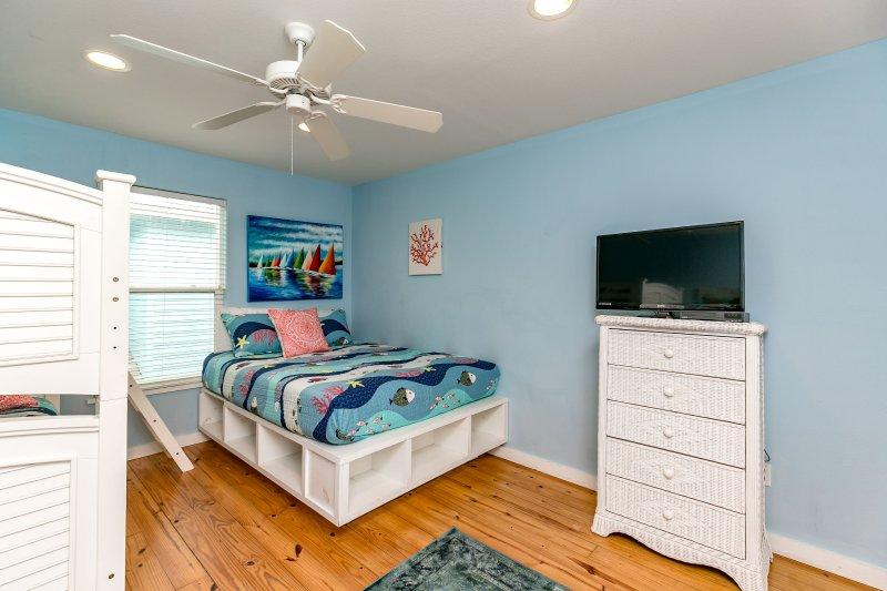 Bedroom,Indoors,Room,Computer,Furniture