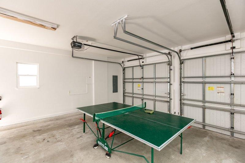 Shelf,Furniture,Table