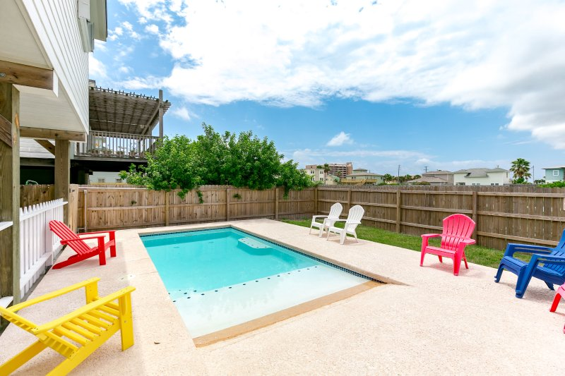 Bench,Chair,Furniture,Building,Pool