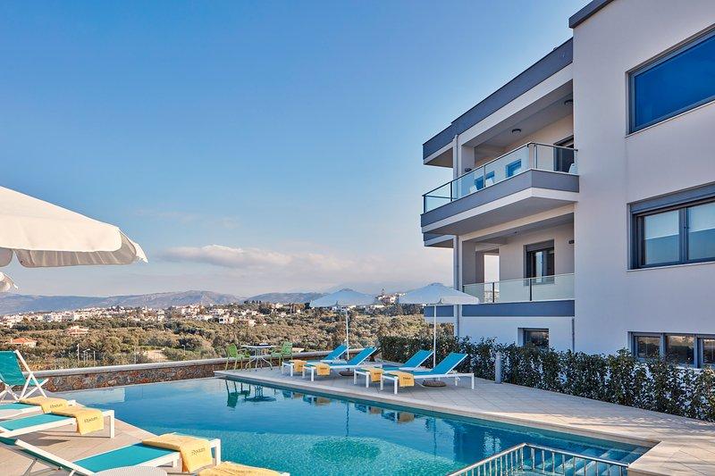 5 Bedroom Luxury Villa, location de vacances à Stalos