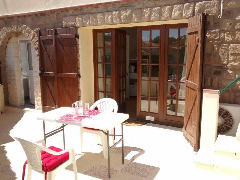 Lower flat: Een deel van de binnenplaats ingang van de open-plan lounge / eetkamer / keuken en toegang tot veranda