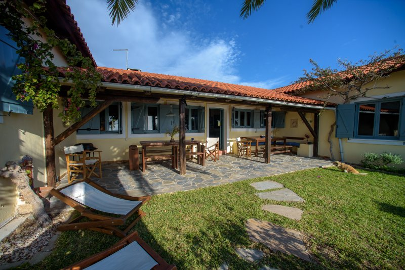 Tranquil Island Villa with Spectacular Sea View – semesterbostad i Vagia