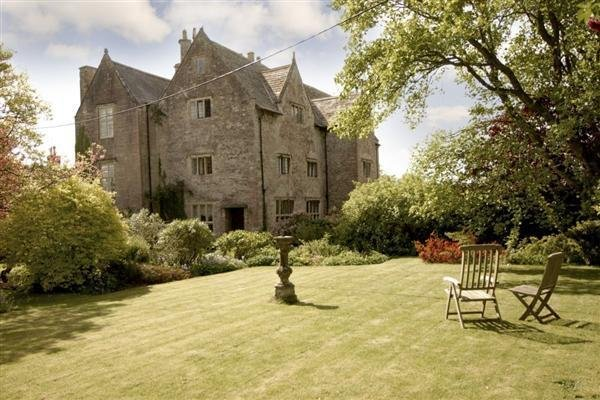 If you have ever fancied staying in an old Manor House  you will love it here – semesterbostad i Chepstow