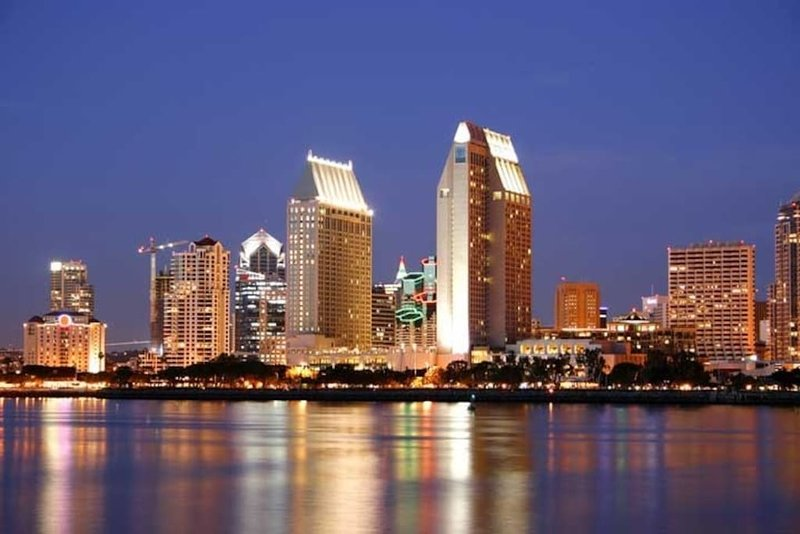 """De prachtige stadsverlichting van San Diego kan worden ervaren in de """"City Lights"""" Tour van de Old Town Trolley!"""