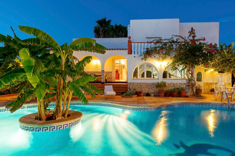 Beautiful villa Ramos in San Antonio Bay with BBQ and large pool, alquiler de vacaciones en Ibiza